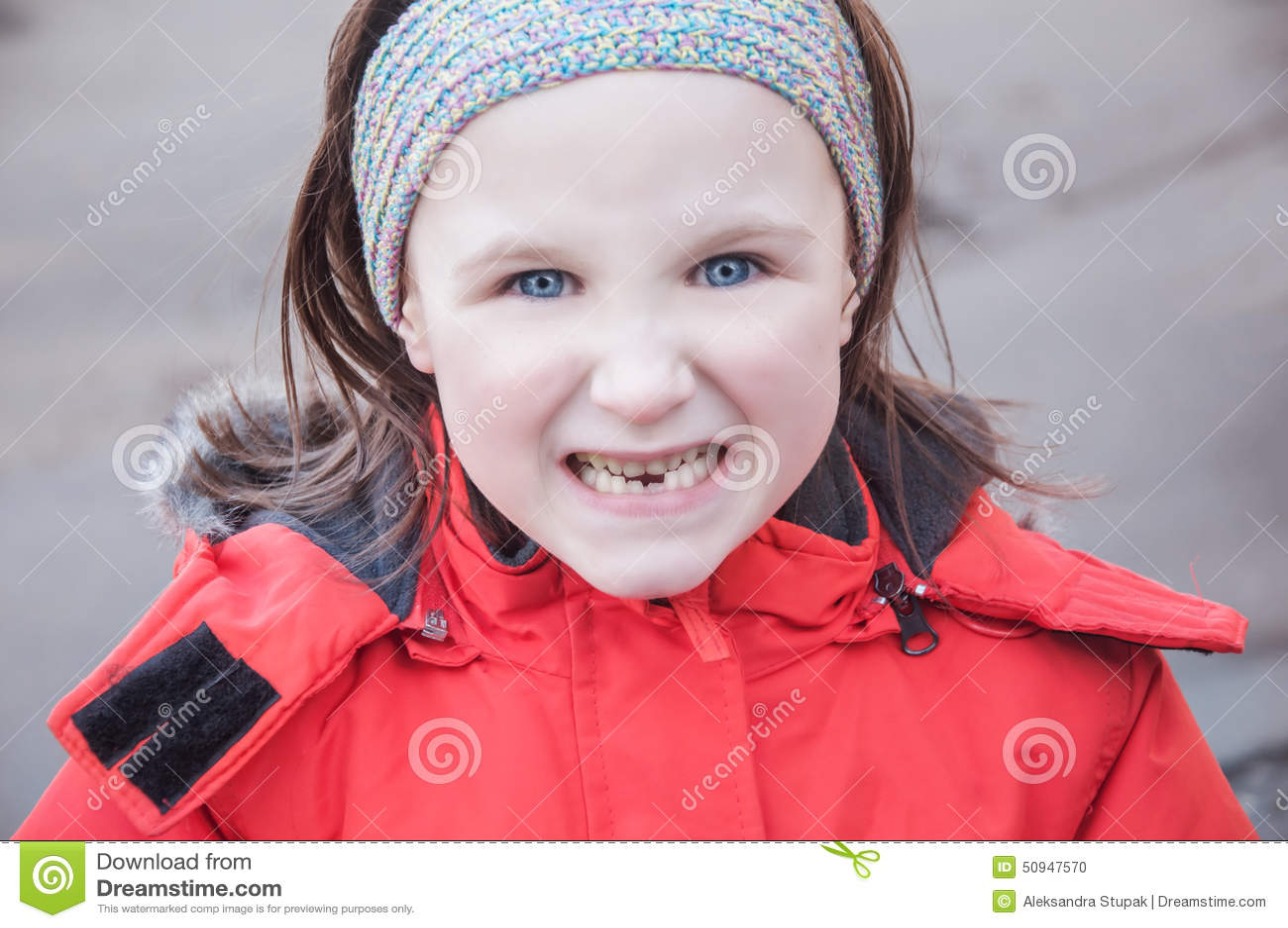 显示牙的女孩