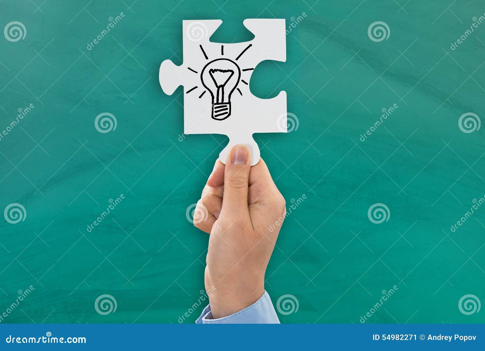 显示电灯泡标志的人手