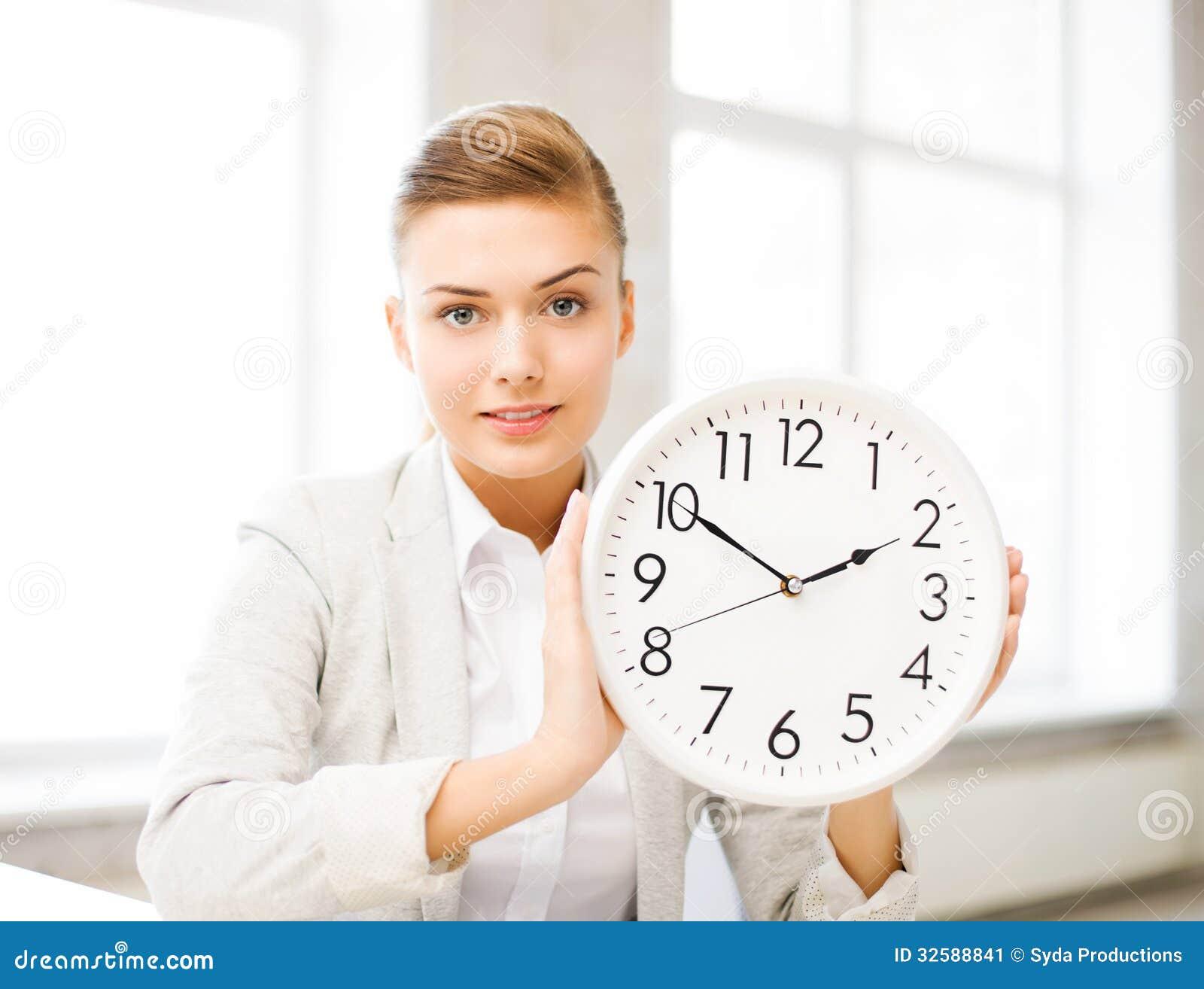 显示白色时钟的可爱的女实业家