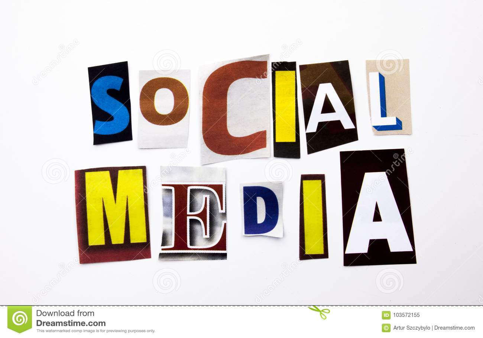 显示社会媒介的概念词文字文本由企业案件的另外杂志报纸信件制成在白色bac