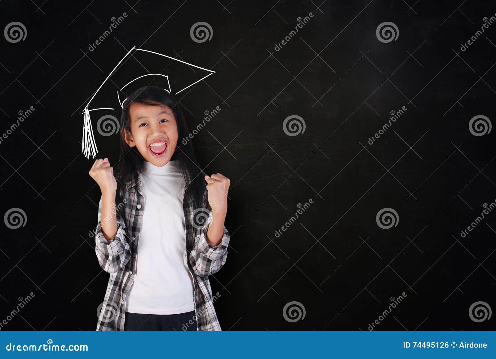 显示胜利的愉快的研究生女孩