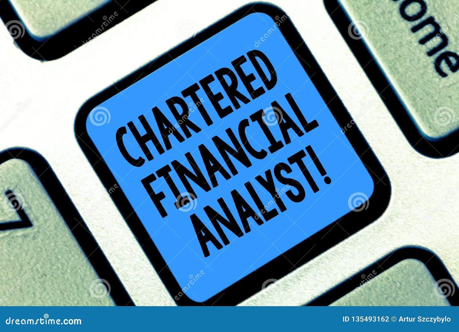 显示被特许的金融分析员概念性照片投资和财政专家的文本标志键盘键