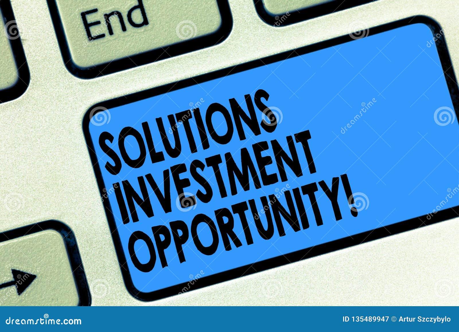 显示解答投资机会的文本标志 在承担企业键盘前的概念性照片战略
