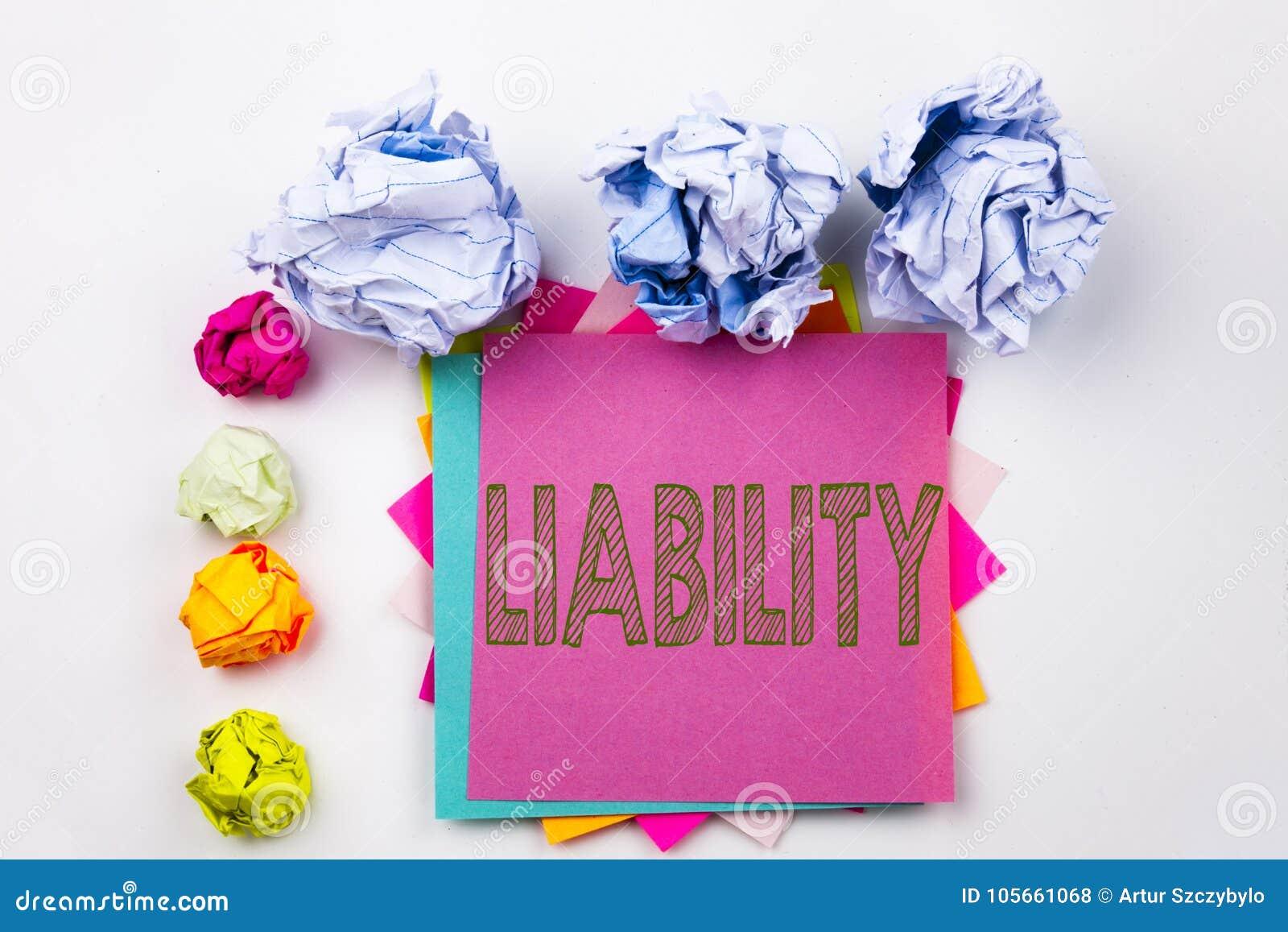 显示责任的文字文本写在稠粘的笔记在有螺丝纸球的办公室 法律的责任的企业概念