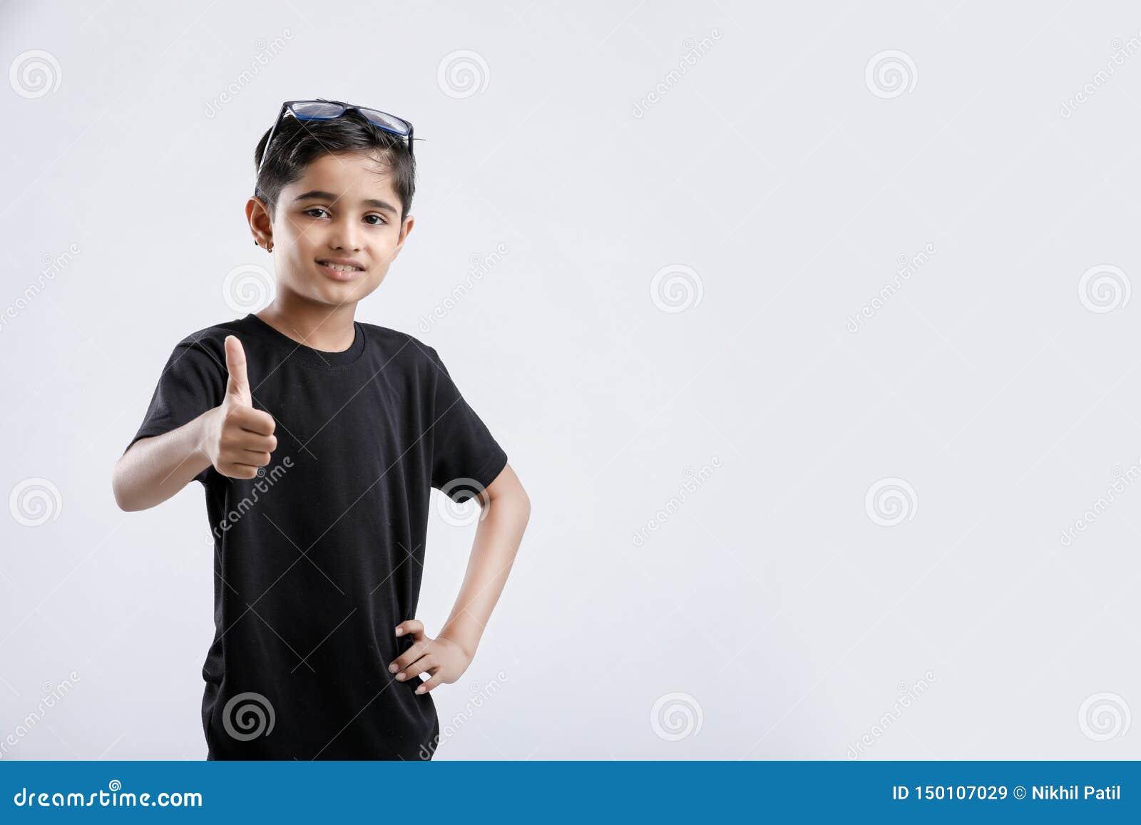 显示赞许的小印度/亚裔男孩