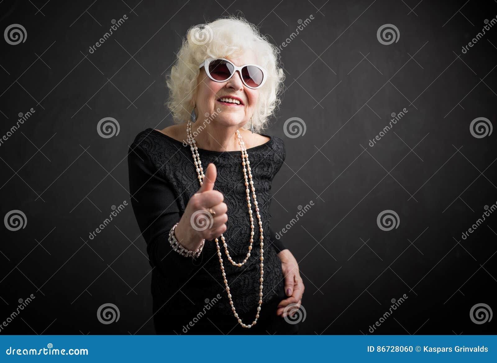 显示赞许的祖母