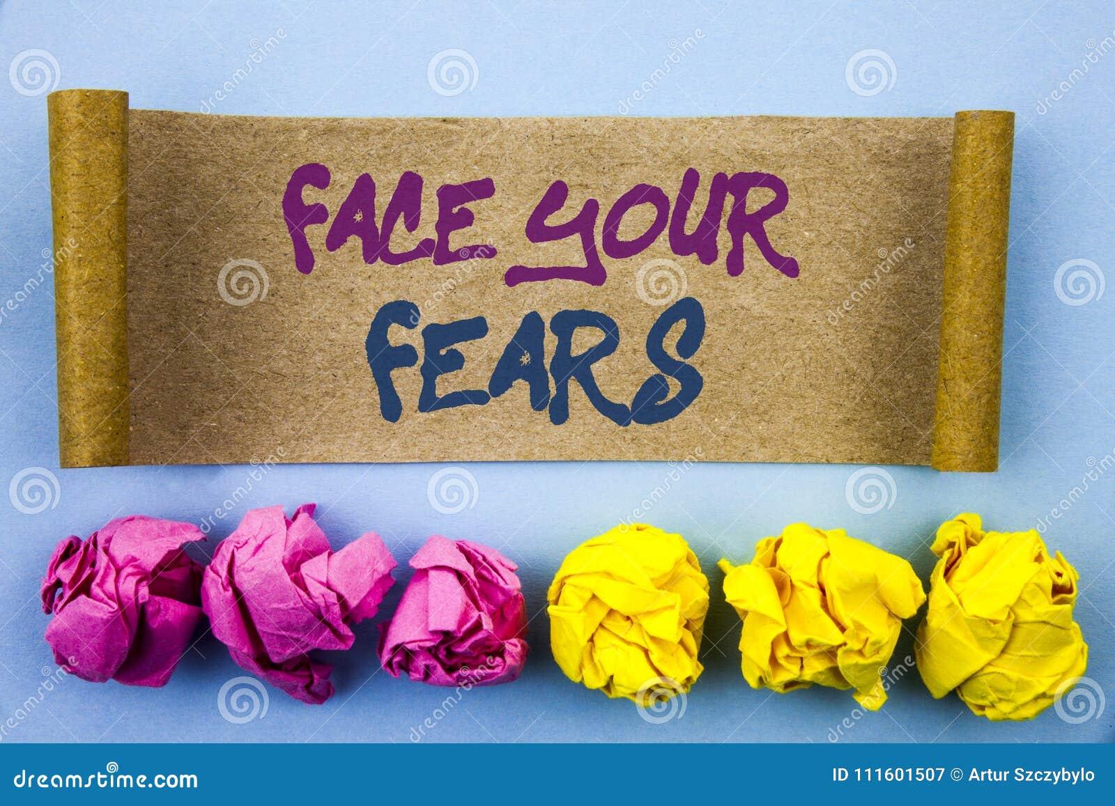 显示面孔您的恐惧的手写文本 在泪花写的概念意思挑战恐惧Fourage信心勇敢的勇敢稠粘的n