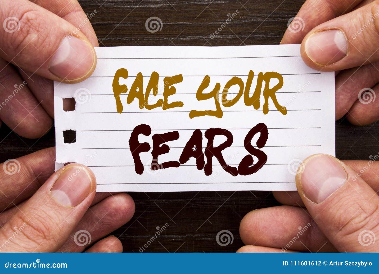 显示面孔您的恐惧的手写的文本标志 在Sti写的挑战恐惧Fourage信心勇敢的勇敢的企业概念