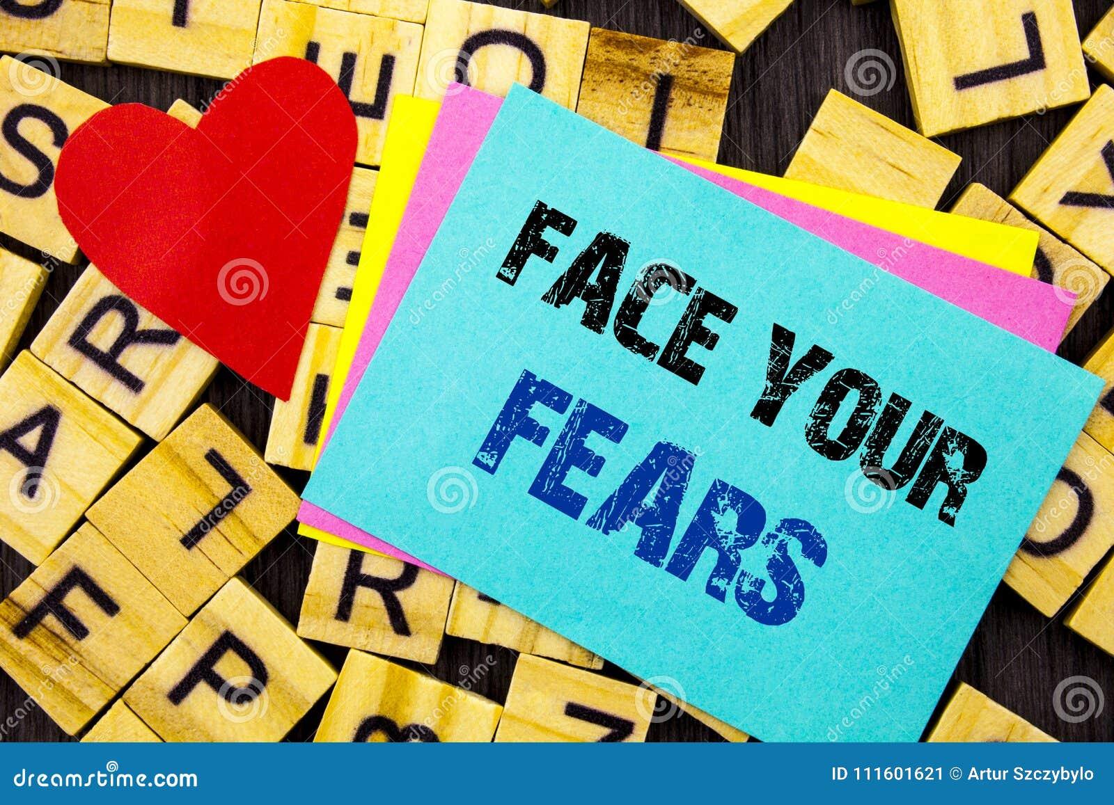 显示面孔您的恐惧的手写的文本 概念性在五颜六色的sti写的照片挑战恐惧Fourage信心勇敢的勇敢