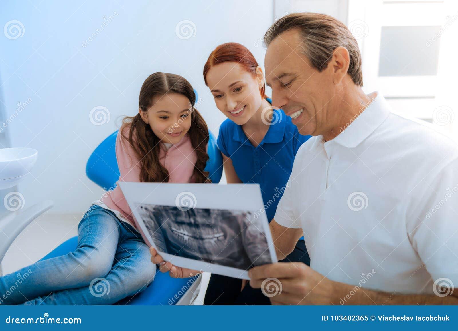 显示X光芒照片的正面好医生对他的患者