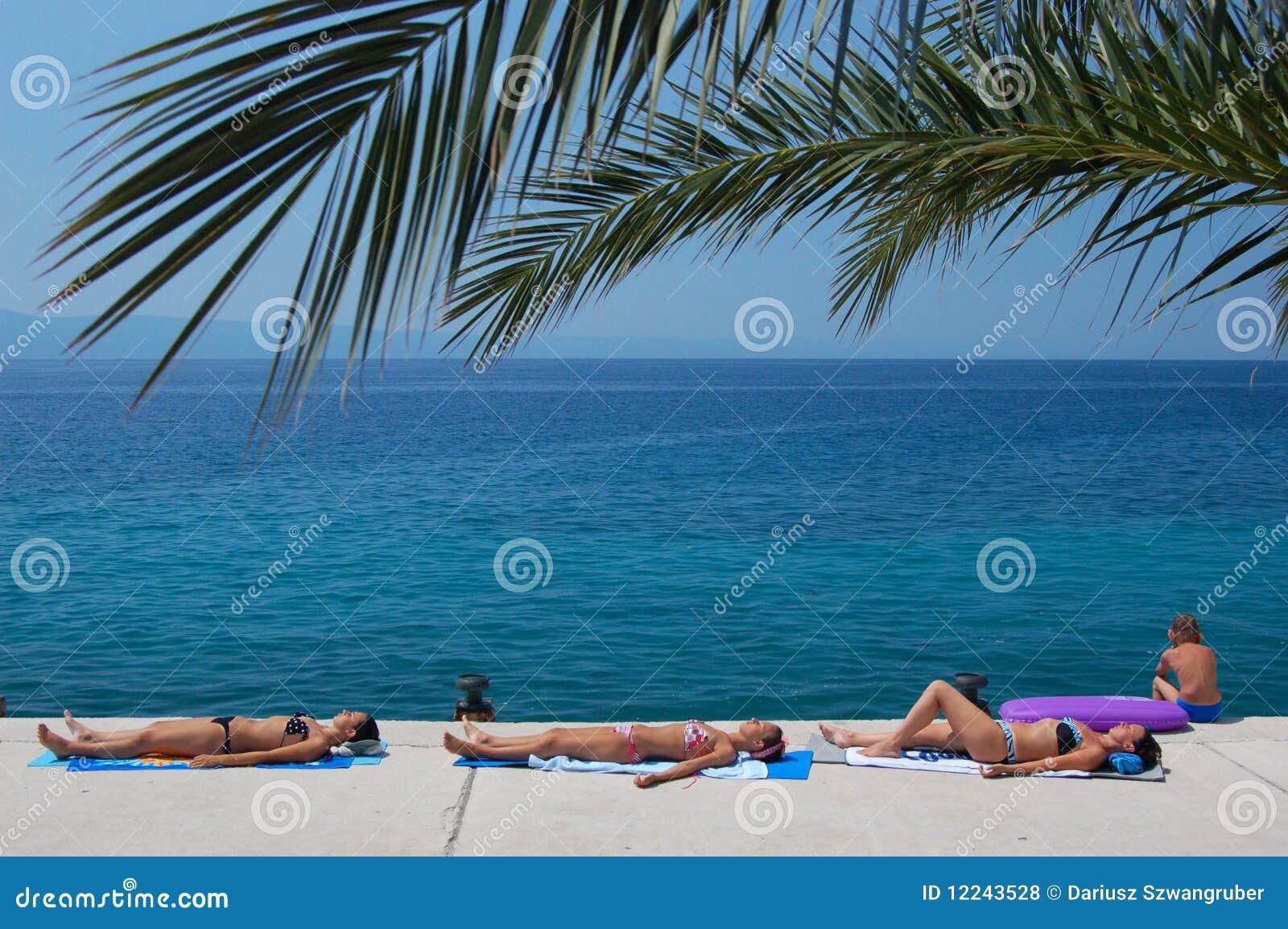 晒日光浴的克罗地亚