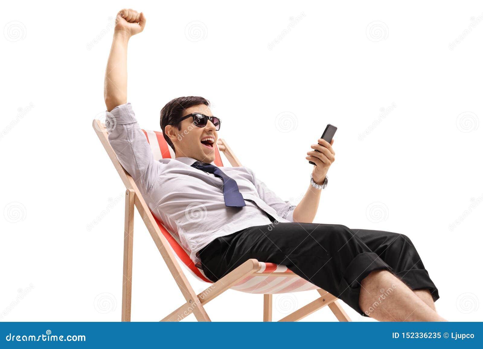 晒日光浴的商人看电话和打手势幸福