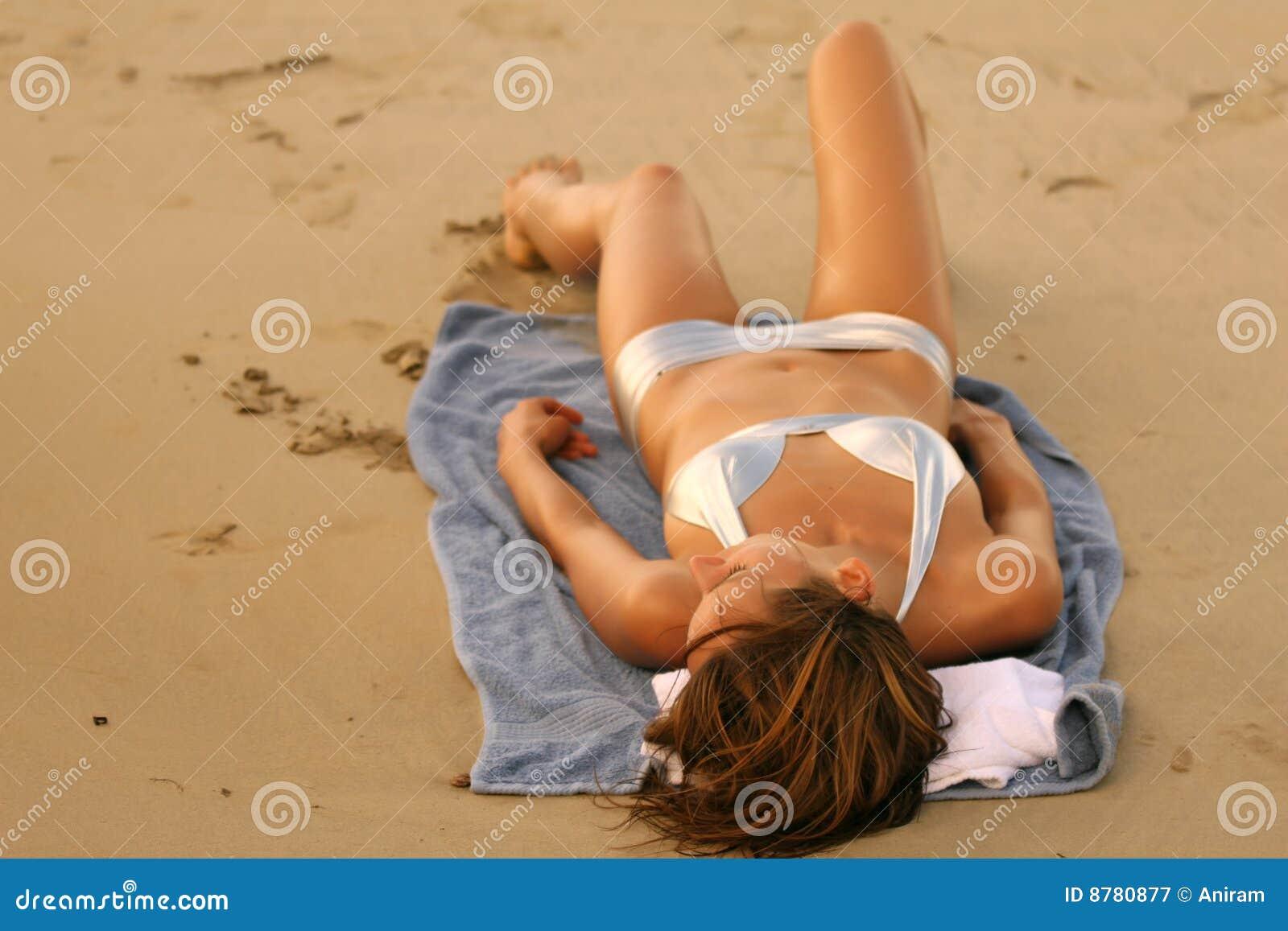 晒日光浴的妇女