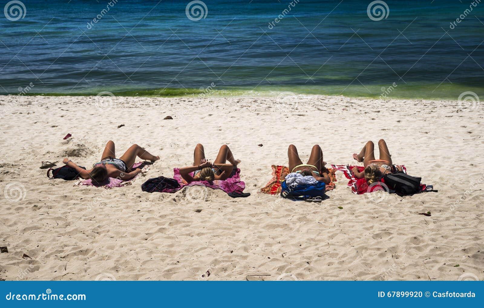 晒日光浴在海滩的4名妇女