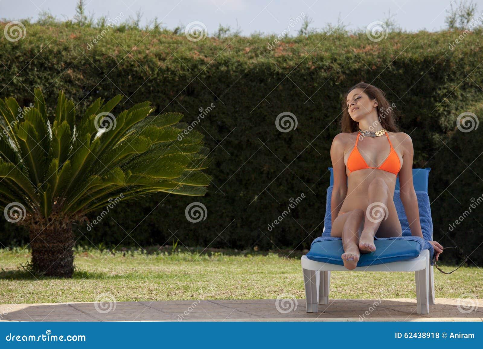 晒日光浴由游泳池