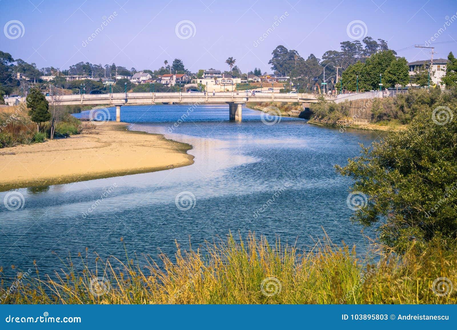 晚上光的圣洛伦佐河,圣克鲁斯,加利福尼亚