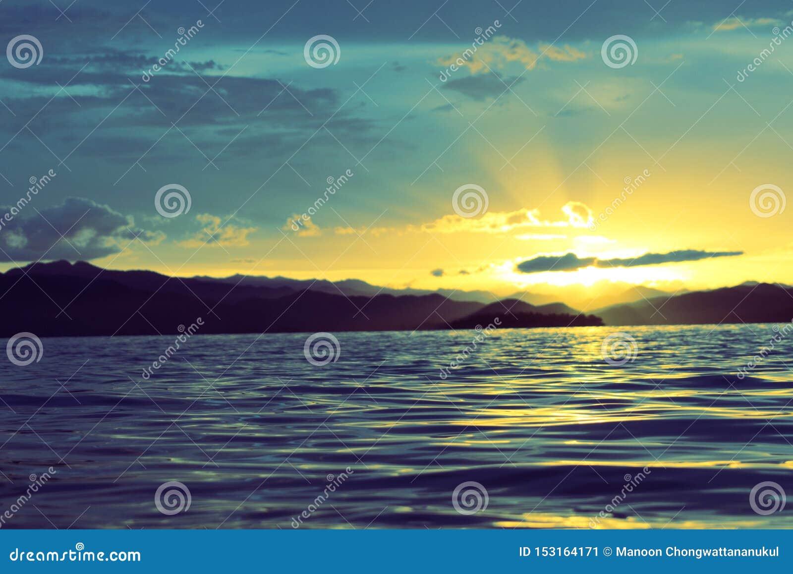 晚上天空,在水库的日落在泰国南部