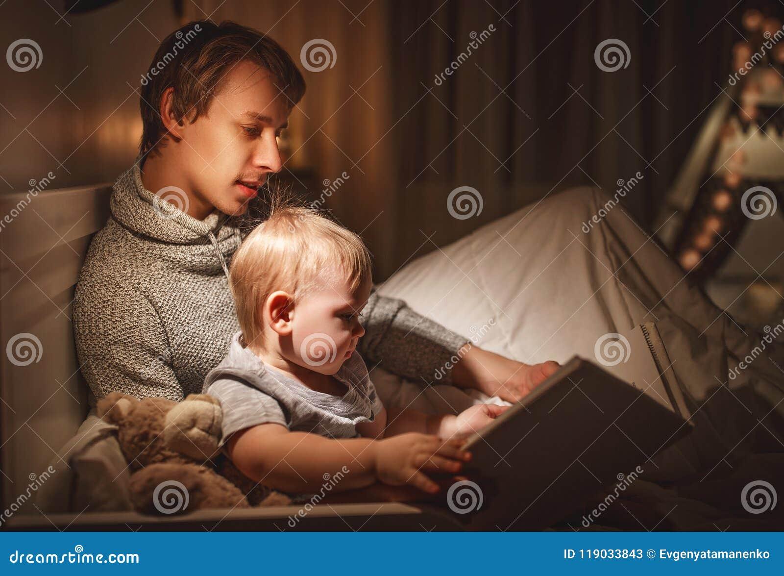 晚上家庭读书 父亲读孩子 在去前的书