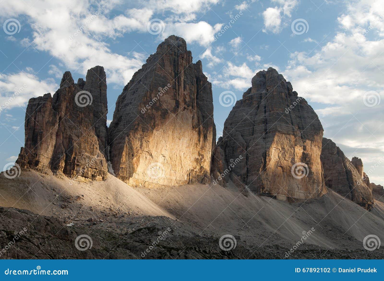 晚上观点的Drei Zinnen或Tre Cime di Lavaredo