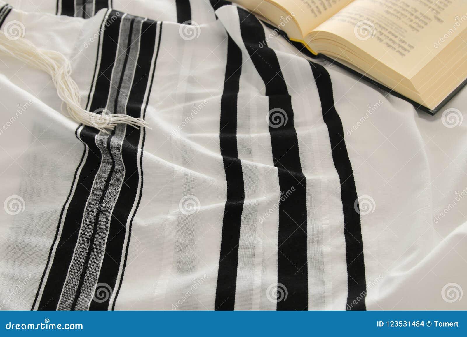 晨祷披巾- Tallit和祈祷书犹太宗教标志 Rosh hashanah犹太新年假日、Shabbat和赎罪节co