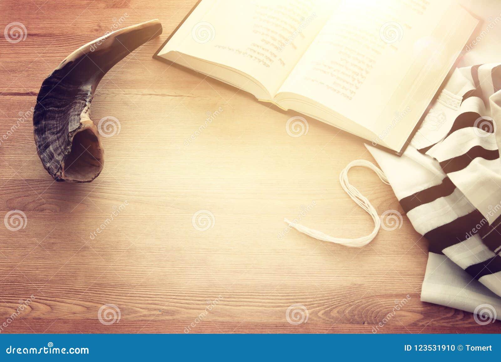晨祷披巾- Tallit,祈祷书和羊角号垫铁犹太宗教标志 Rosh hashanah犹太新年假日的Shabbat