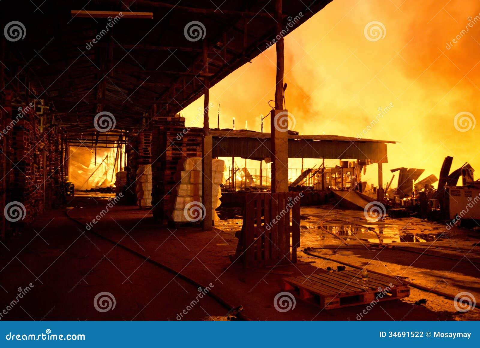 普吉岛,泰国10月16日:在大型商场的火-在肃北着火