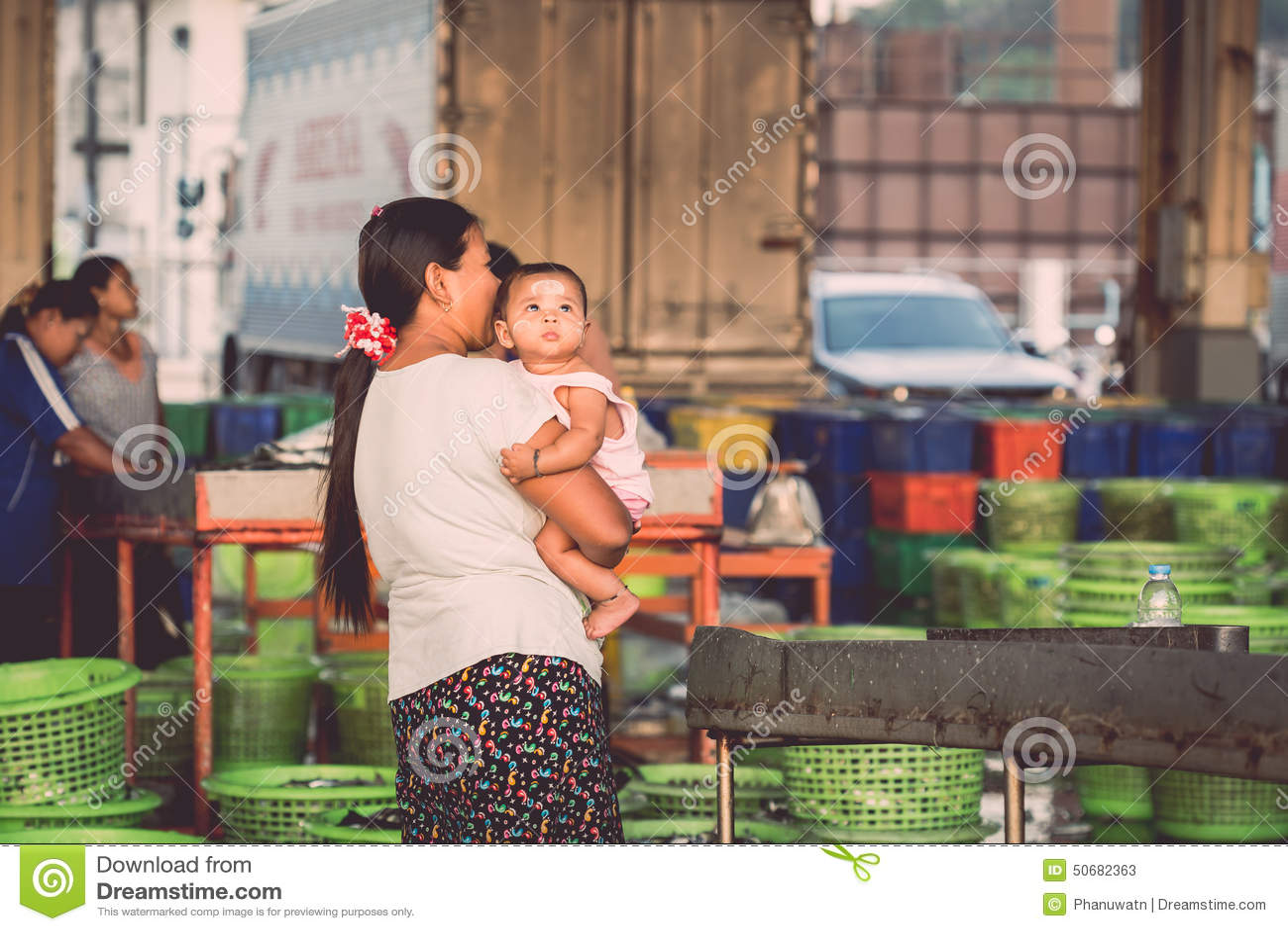 Download 普吉岛- 2月23 :缅甸人民在鱼市上工作 编辑类库存照片. 图片 包括有 沙子, 泰国, 都市, 游人 - 50682363