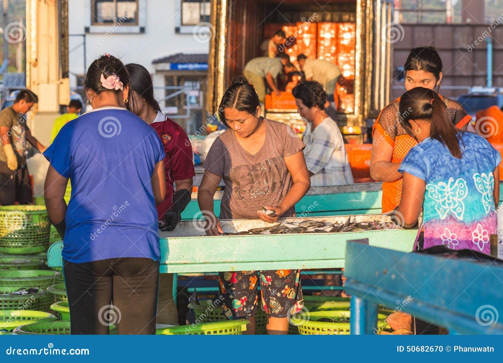 Download 普吉岛- 2月23 :缅甸人民在鱼市上工作 编辑类图片. 图片 包括有 都市, 早晨, 泰国, 城市, 蓝色 - 50682670