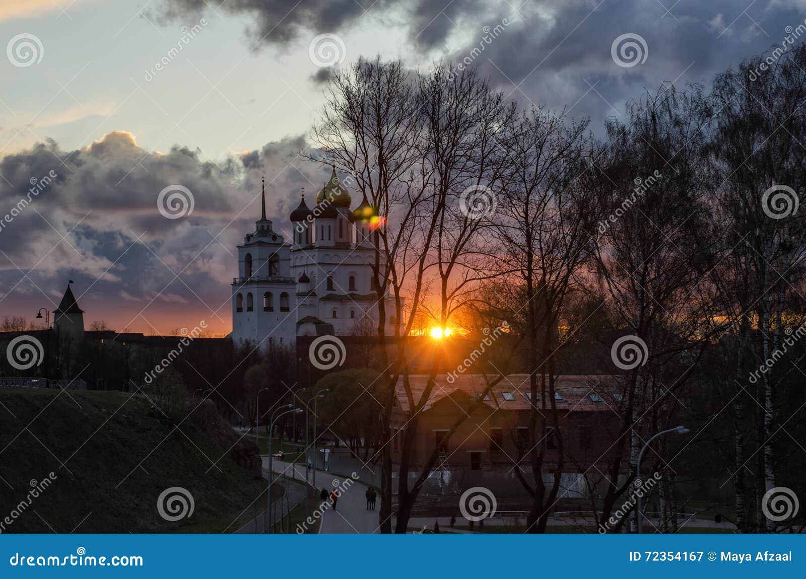 普斯克夫三位一体大教堂 在普斯克夫克里姆林宫的日落