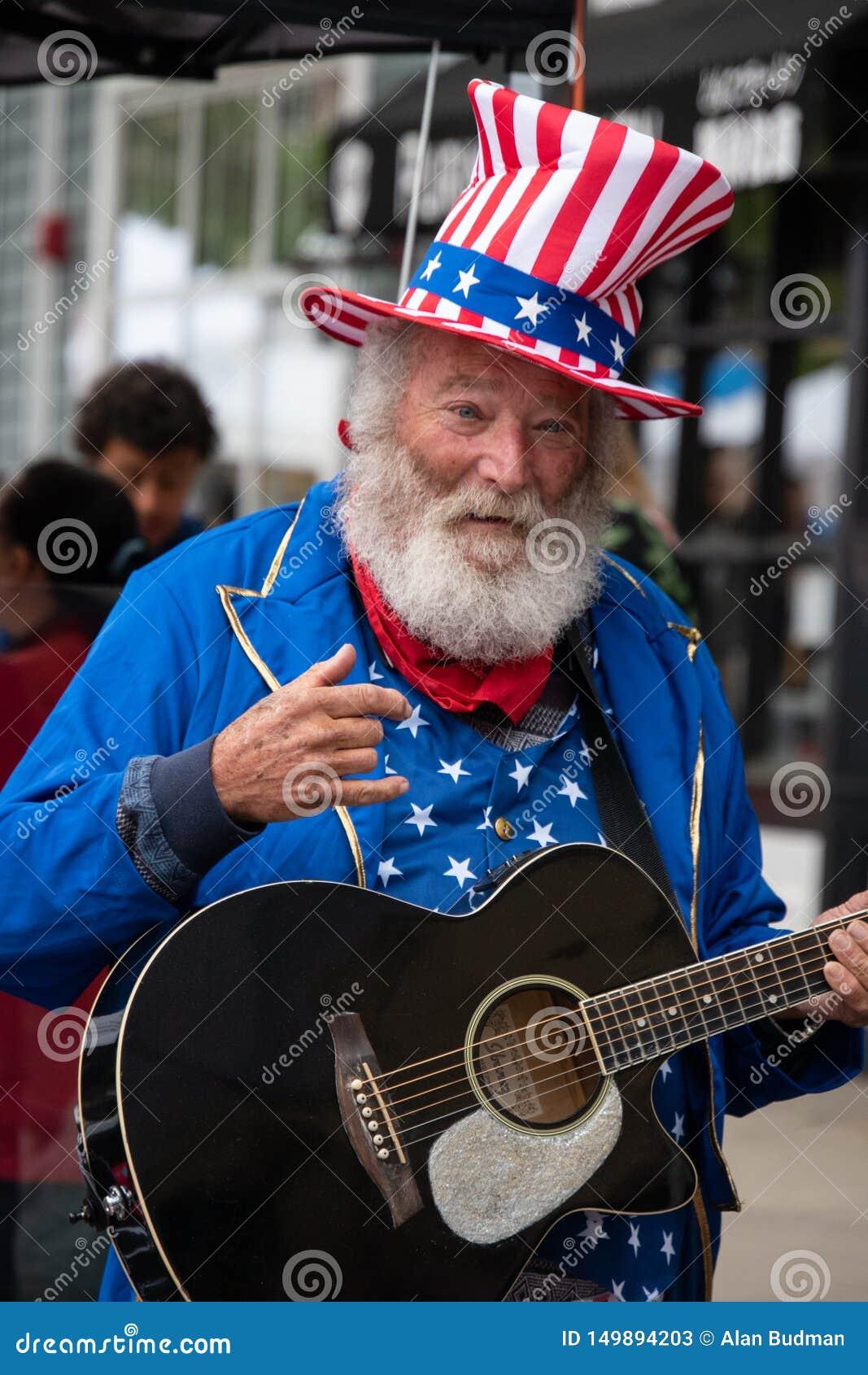 普林斯顿,新泽西- 2019年4月28日:有白发、胡子和髭的这个老老年人人在美国人装饰了