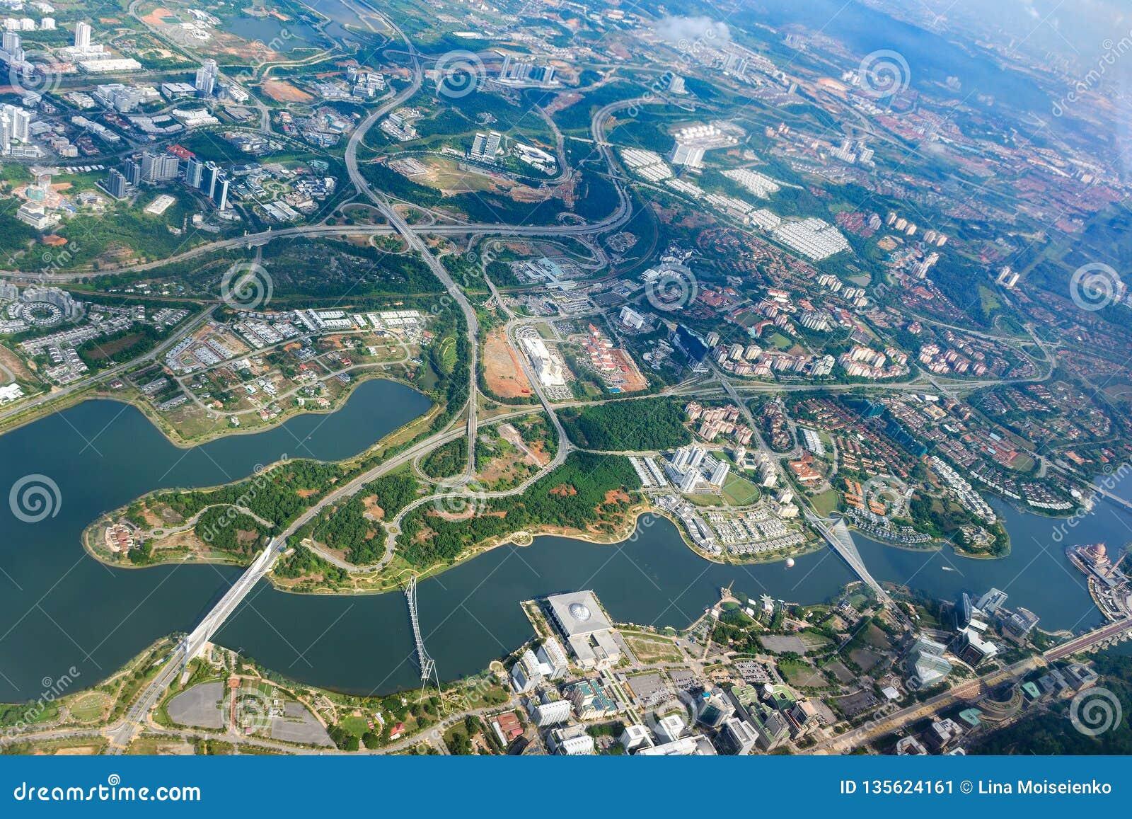 普特拉贾亚顶上的城市视图  空中都市风景,马来西亚