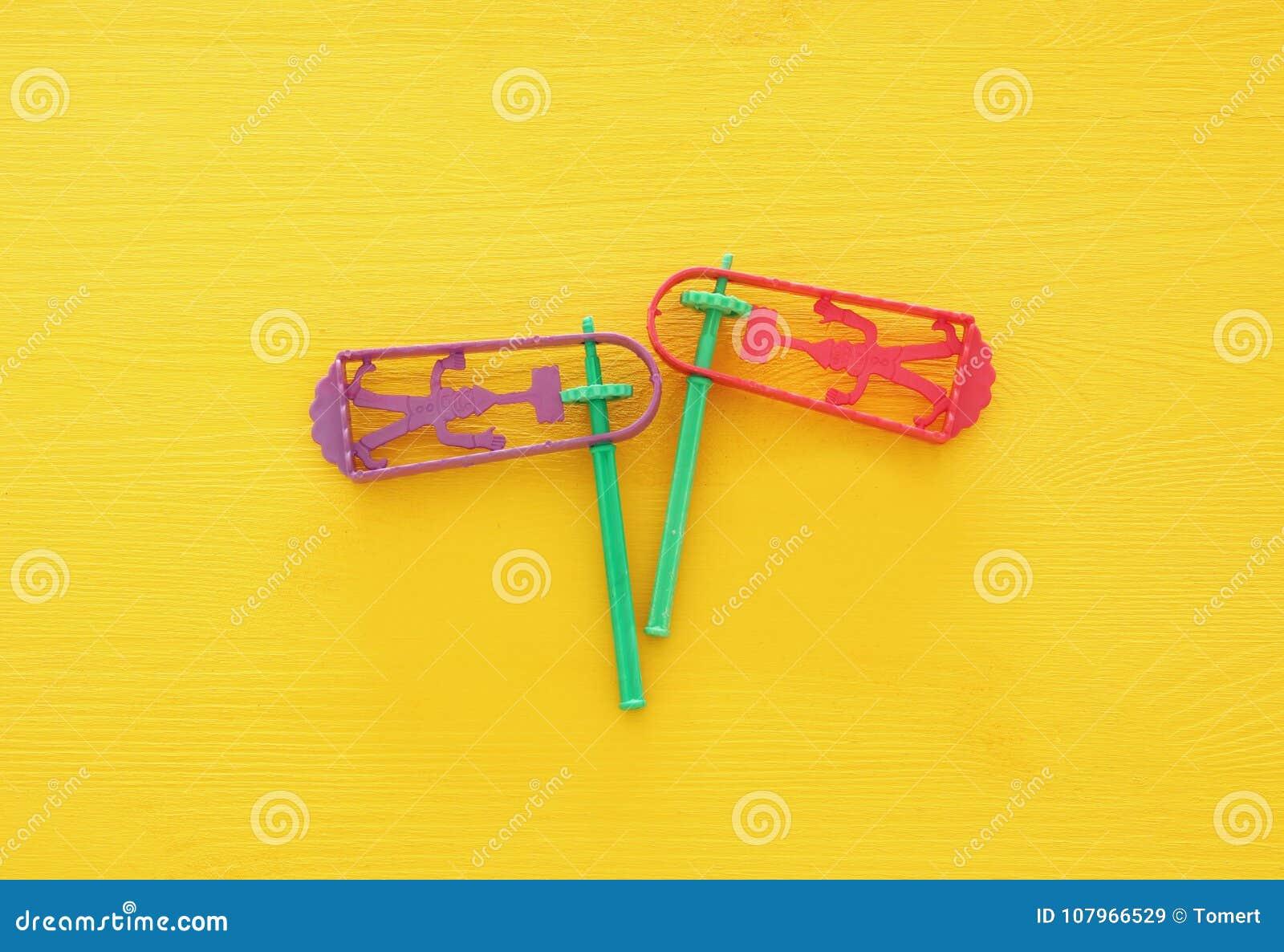 普珥节庆祝概念& x28; 犹太狂欢节holiday& x29; 噪声制造商传统玩具顶视图