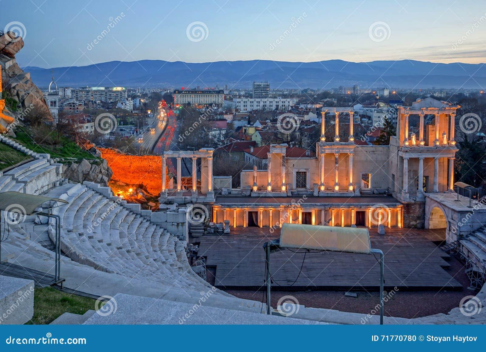 普罗夫迪夫和古老罗马剧院城市惊人的夜全景