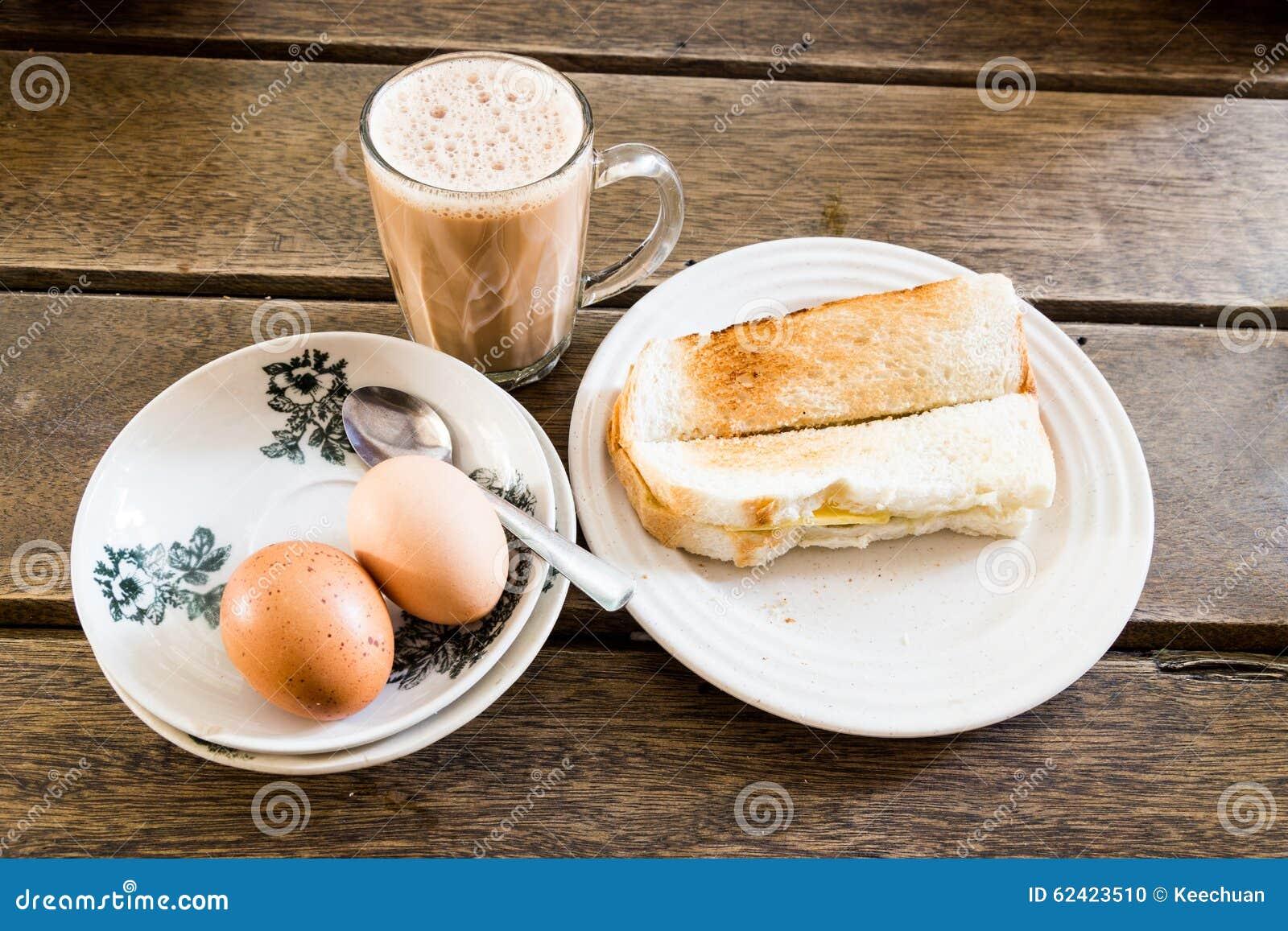 普遍的马来西亚早餐塔利克、多士面包和半煮沸