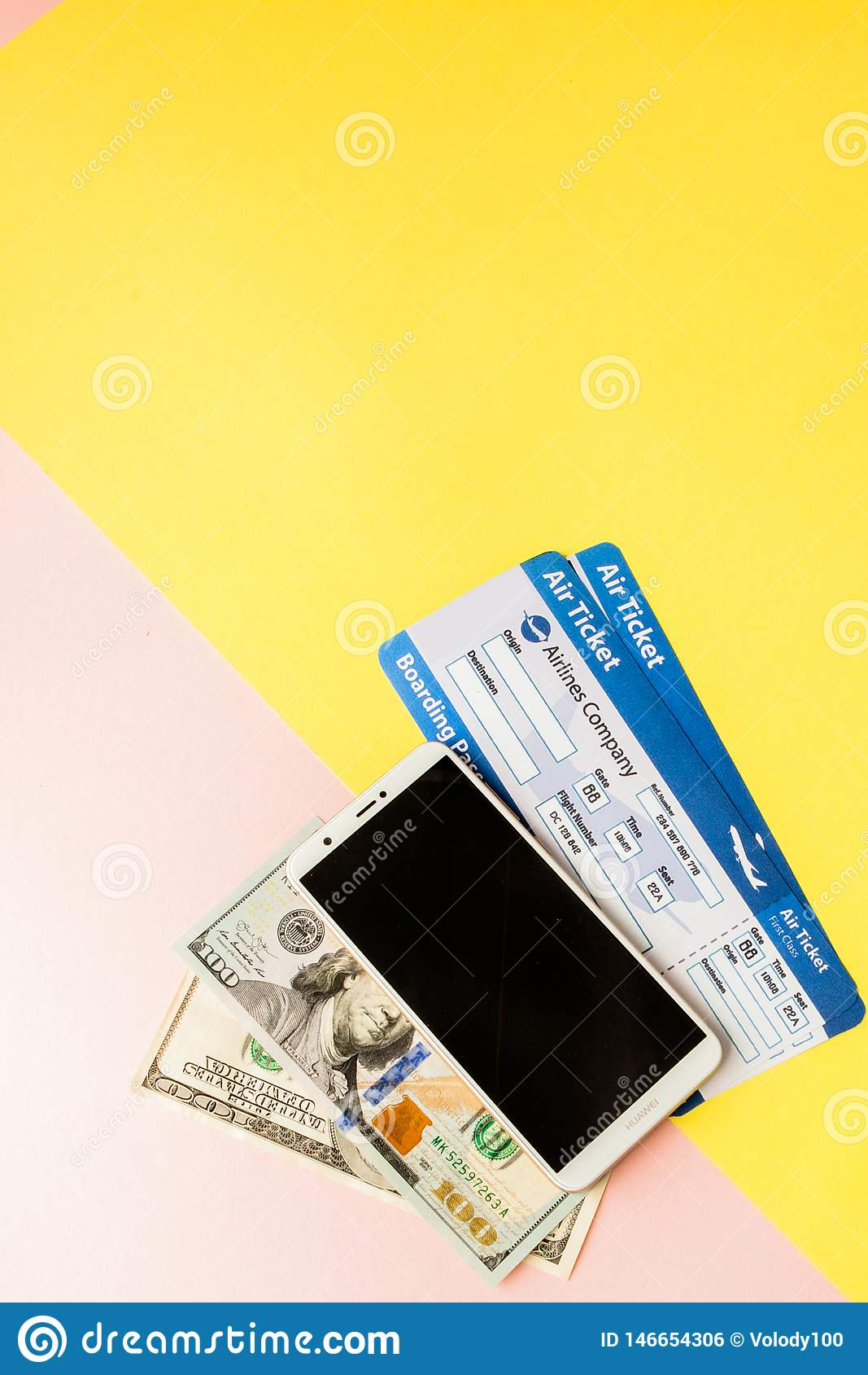 智能手机、机票和美元在粉红彩笔和黄色背景 r