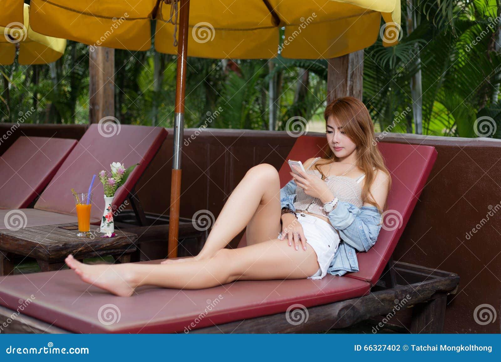 智能手机的美丽的女孩浏览互联网