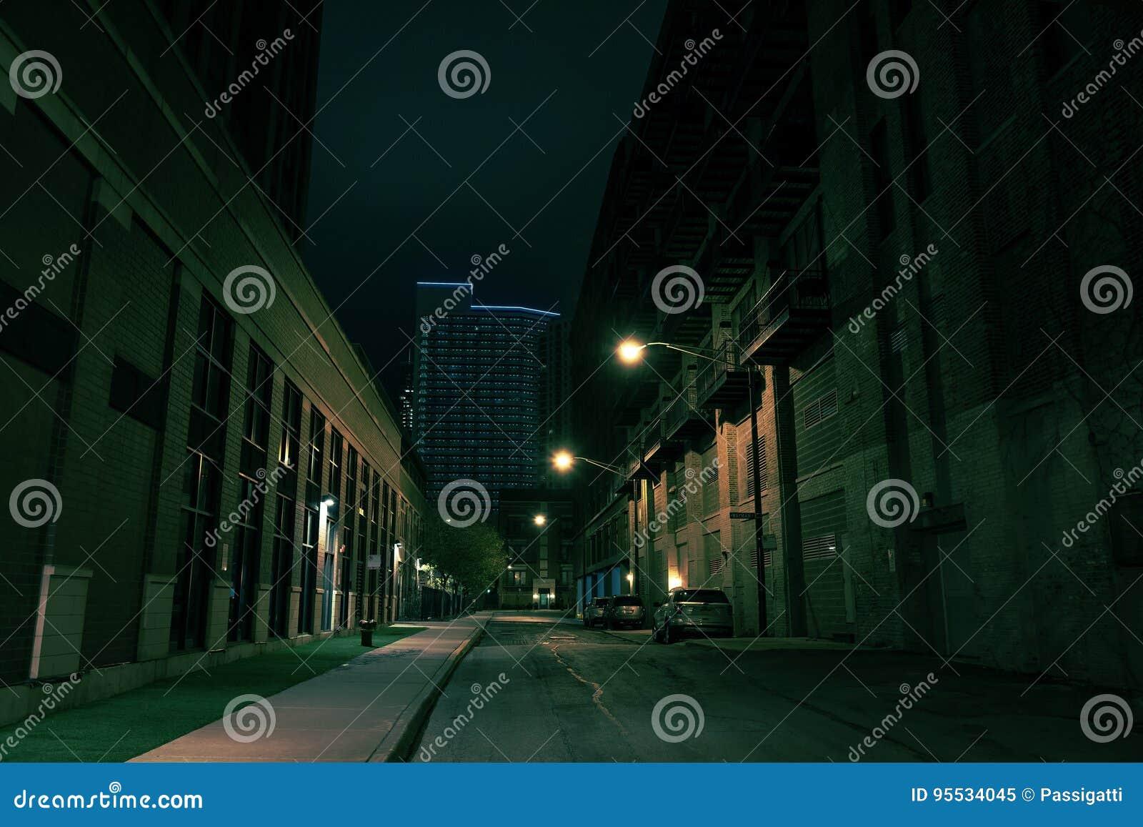 黑暗的城市街道在晚上