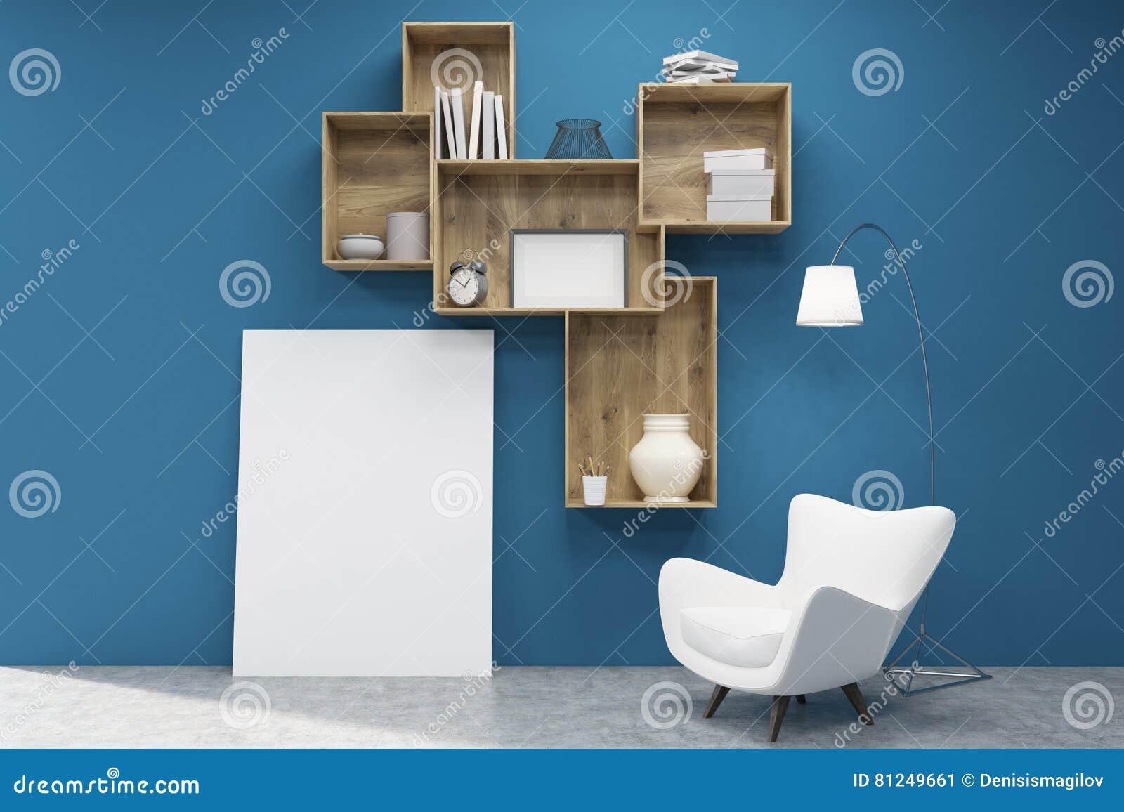 黑暗的木架子、一张海报和一把扶手椅子在蓝色墙壁附近