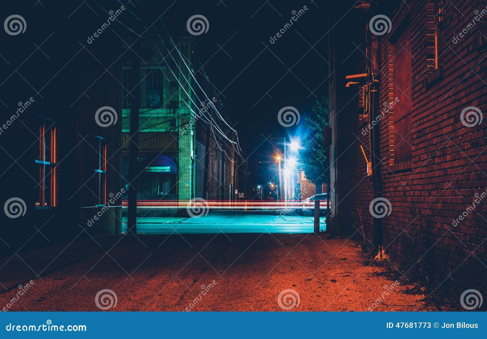 黑暗的胡同和光足迹在汉诺威,宾夕法尼亚在晚上