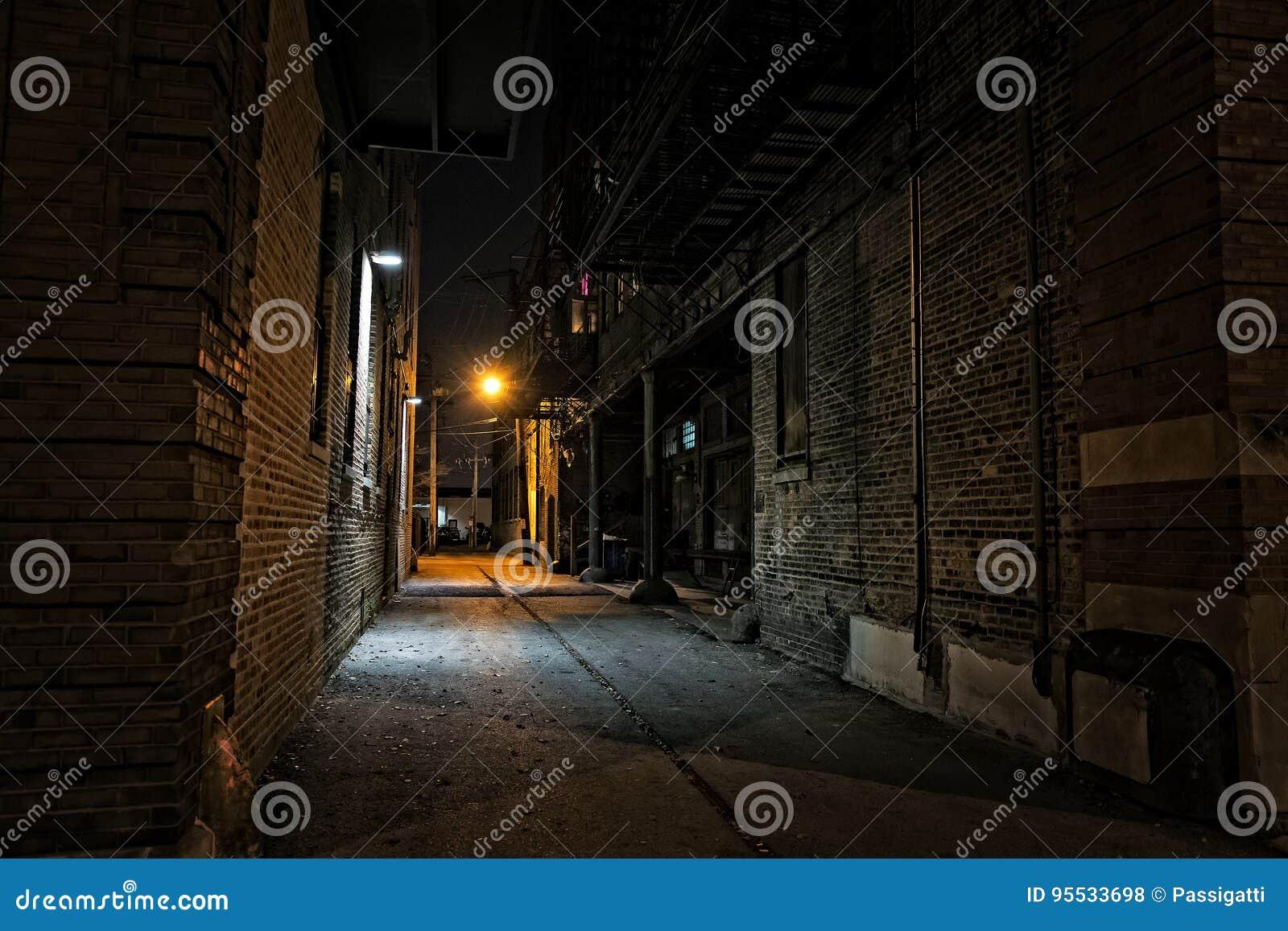 黑暗的都市城市胡同在晚上