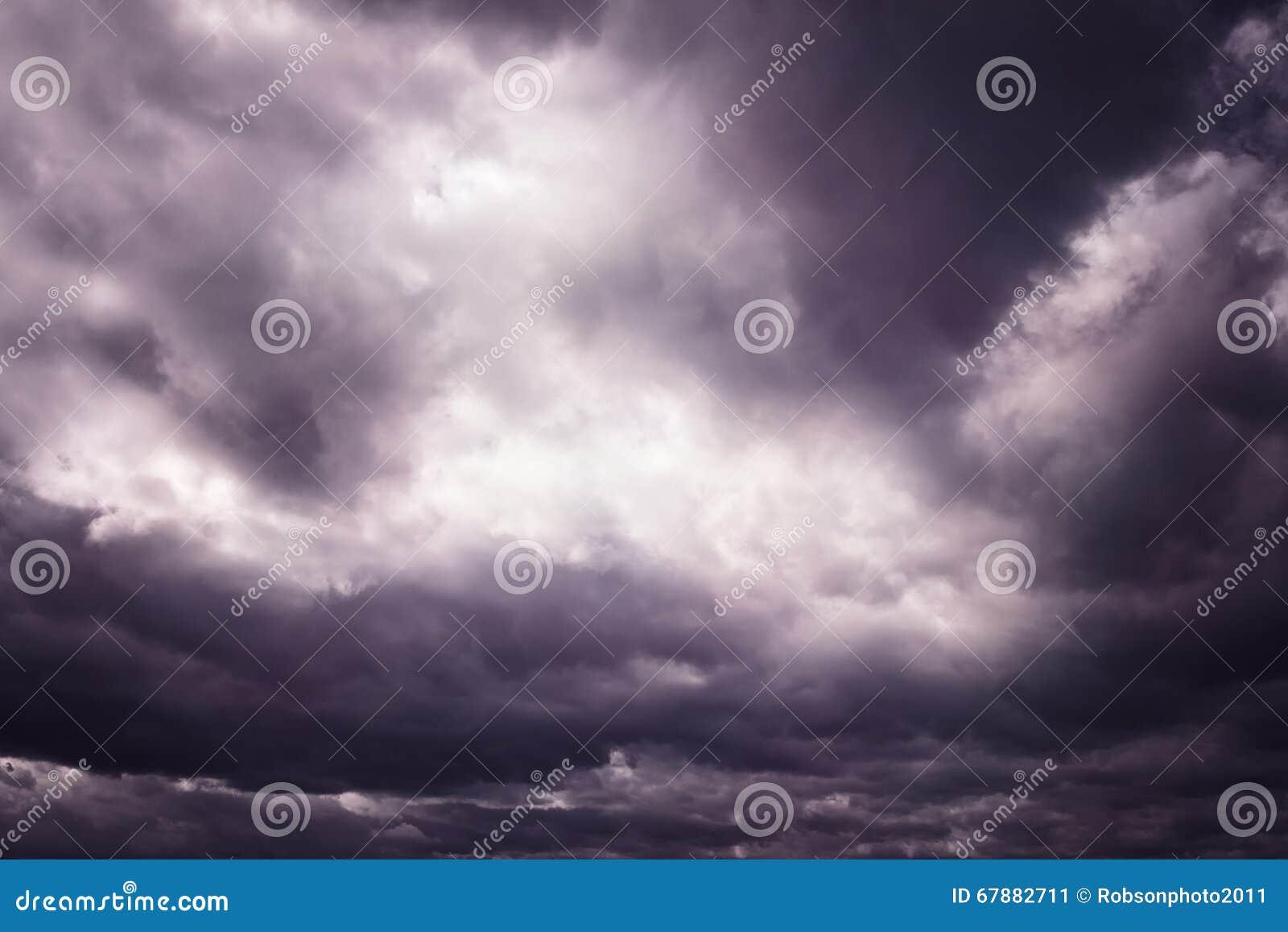 黑暗的紫色危险风雨如磐的剧烈的cloudscape