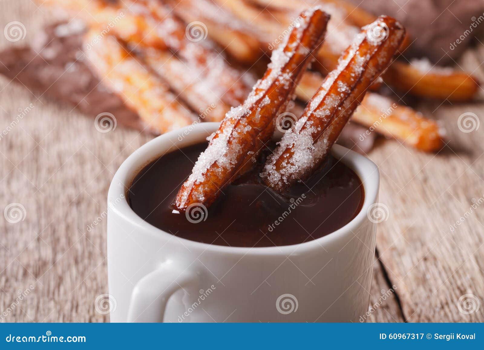 曲奇饼churros和热巧克力特写镜头 水平