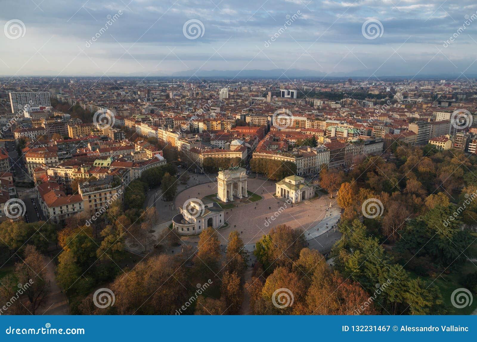 曲拱和平从Branca塔,米兰,伦巴第,意大利的Arco德拉步幅鸟瞰图