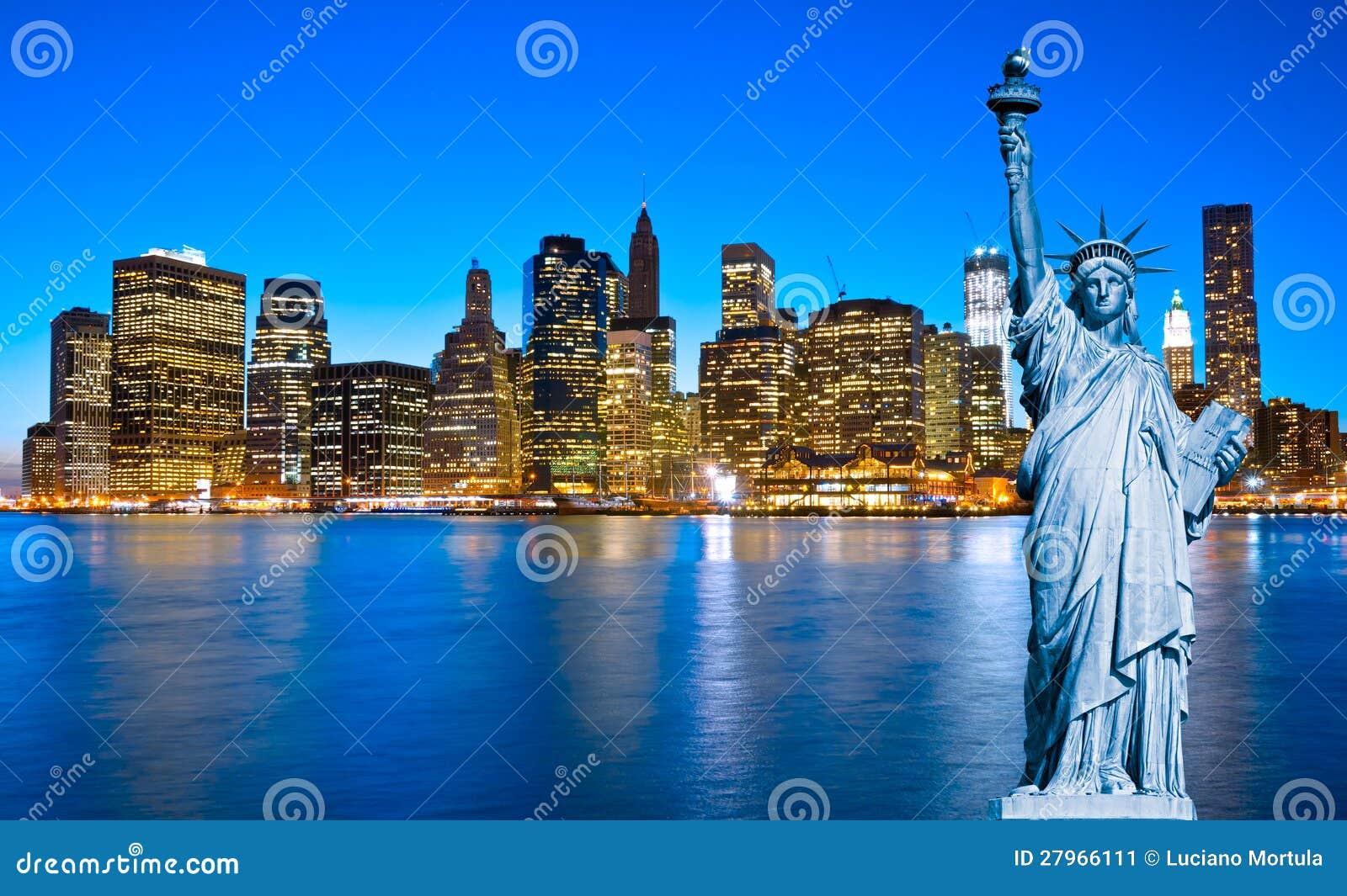 曼哈顿地平线和自由女神象在晚上,纽约C