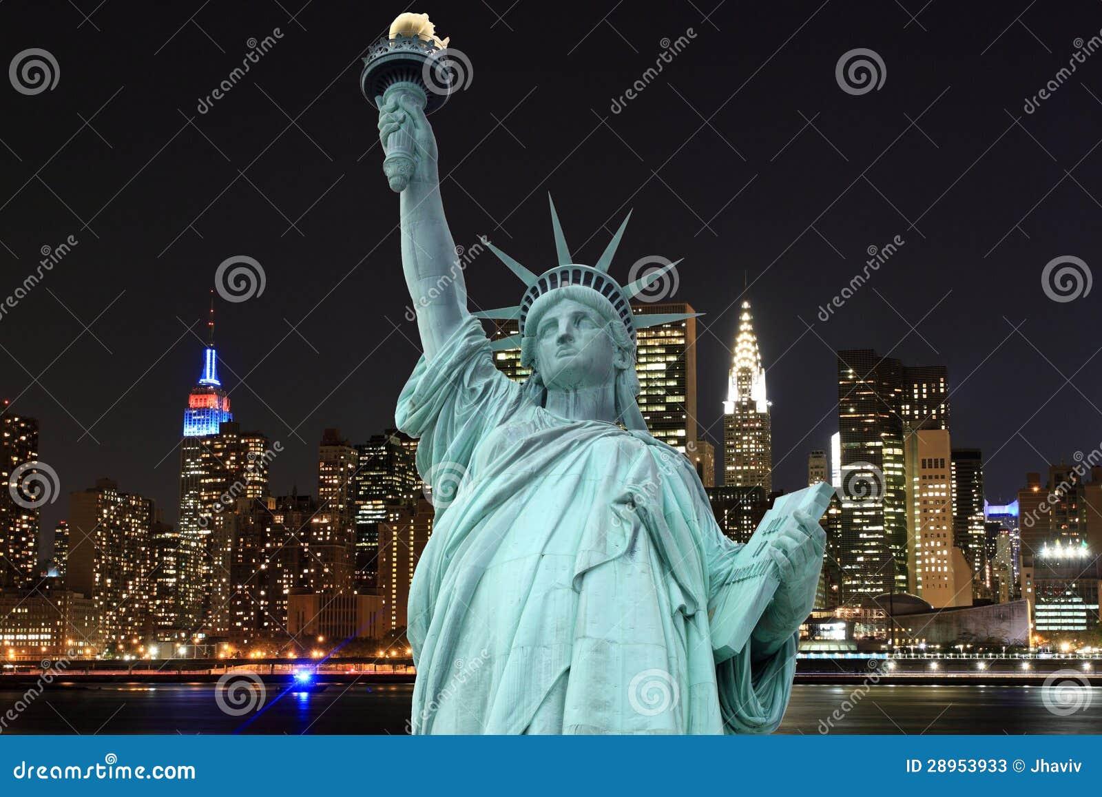 曼哈顿地平线和自由女神象在晚上