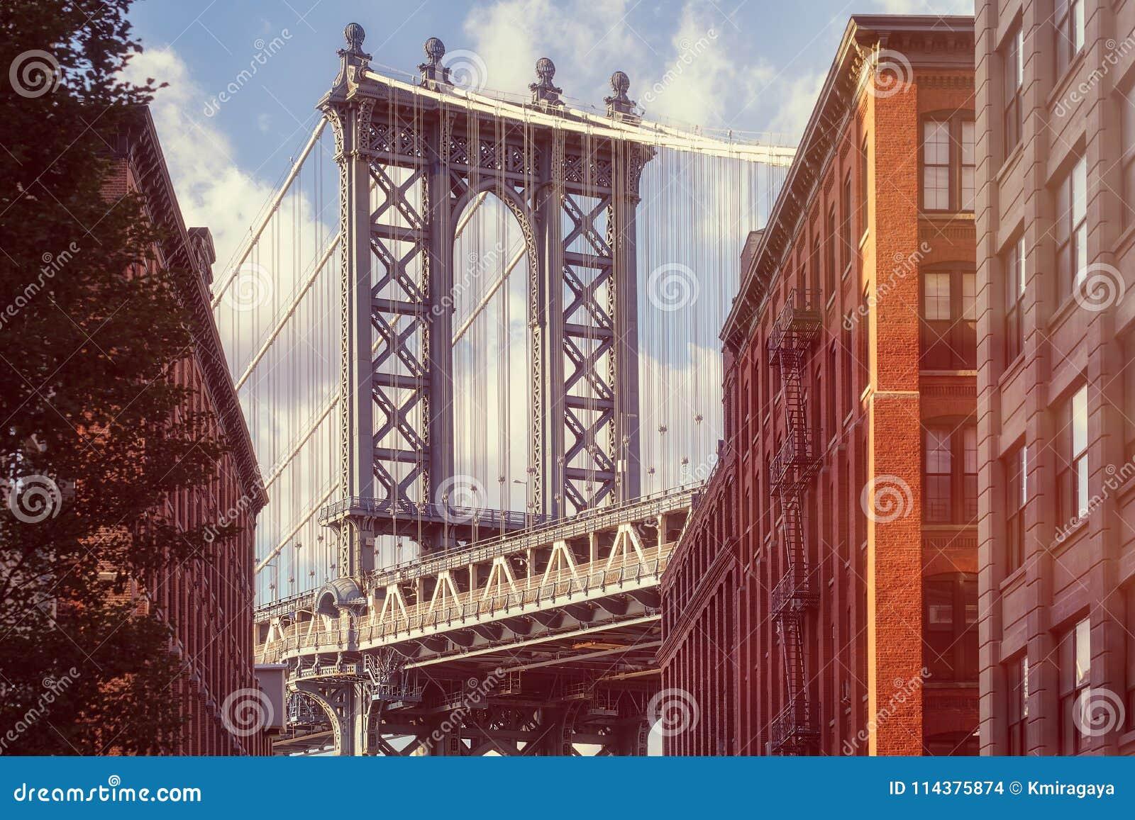 曼哈顿桥梁的著名看法从一条老街道的在布鲁克林