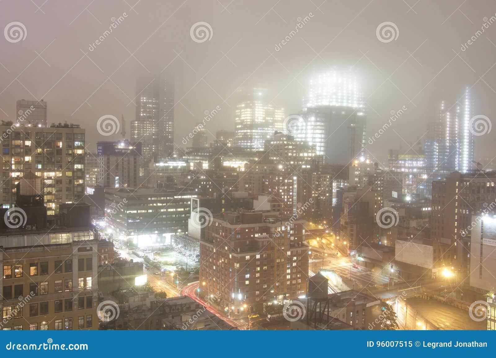 曼哈顿-纽约-在有雾的天气的夜