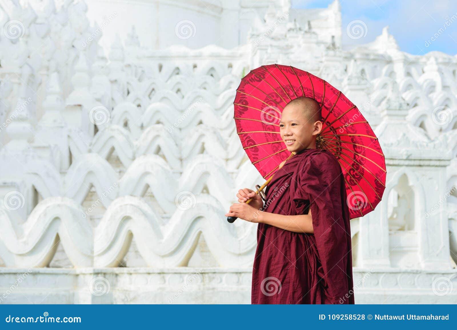 曼德勒,缅甸, - 2017年12月11日:未认出的亚洲年轻人