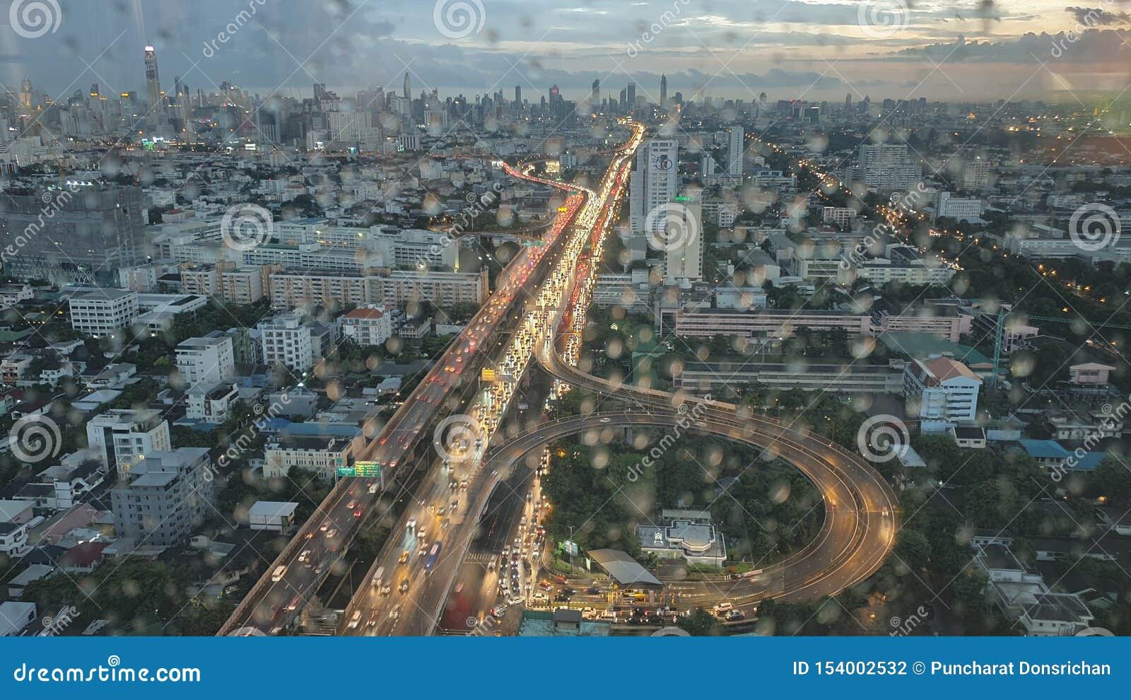 曼谷从大厦的顶端市视图在下雨的晚上