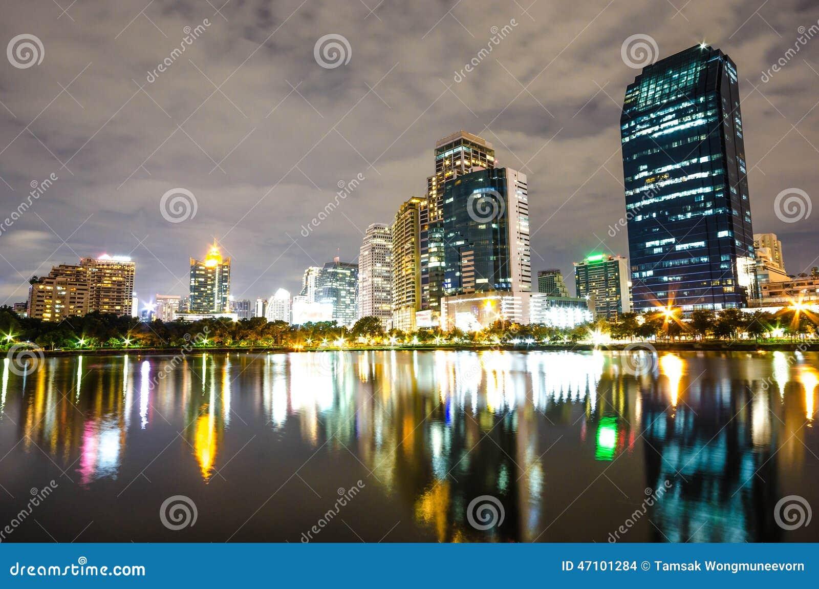 曼谷市街市在与地平线, Bangk的反射的晚上